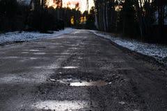 与路的美好的冬天风景向日落 库存照片