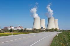 与路的风景向核电站 免版税库存照片