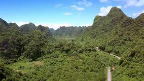 与路的鸟瞰图绿色农村谷在高地的小山附近 股票视频