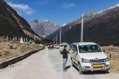 与路线和游人汽车的Yumthang谷在Lachung的冬天 北部锡金,印度 免版税图库摄影