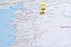 与路tsvaeta的叙利亚地图红色和明显用在se的一个别针 库存图片