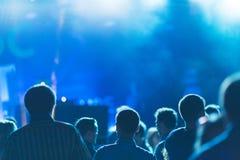 与跳舞青年人的剪影的明亮的五颜六色的背景在表现喜爱音乐家期间 免版税库存图片