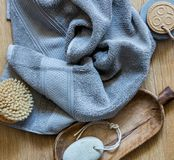与身体刷子的纯净的毛巾种族和零的废物的 免版税库存照片