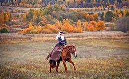 与车手的马狩猎在女骑装 库存照片