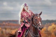 与车手的马狩猎在女骑装 图库摄影