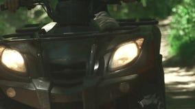 与车灯的黑ATV在森林的驱动 股票视频