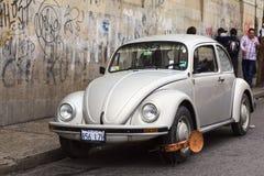 与车轮固定夹的VW甲虫在拉巴斯,玻利维亚 库存图片