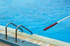 与车道绳索和梯子的游泳池 免版税库存图片
