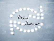 与转动的glowng箭头的圣诞快乐概念在混凝土 免版税图库摄影