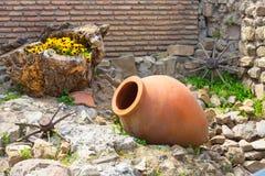 与轮子和qvevri水罐的老传统英王乔治一世至三世时期酒区域标志背景 免版税库存照片