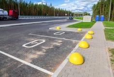 与轮椅标志和标号的汽车停车处在沥青排行 免版税库存照片