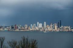 与轮渡的西雅图都市风景 免版税库存图片