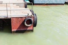 与轮胎的浮船 图库摄影