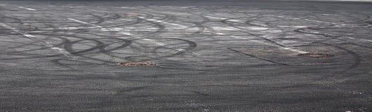 与轮胎踪影的抽象沥青背景  免版税库存照片