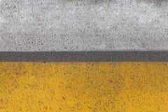 与轮胎轨道安心的抽象黄色路标片段 免版税库存图片