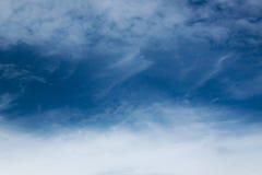 与软的云彩的蓝色深蓝天空在葡萄酒样式的风运动下 免版税库存图片