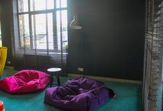与软的家具的大厅在旅馆里 库存照片