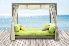 与软的枕头的豪华沙发床作为有蓝色的内部家具 库存图片
