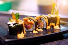 与软的橙色光的三文鱼寿司卷 图库摄影