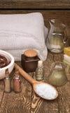 与软的温泉毛巾、seasalt和温泉产品的温泉静物画 图库摄影