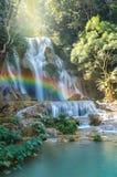 与软的焦点和彩虹在森林里,企业概念的美丽的瀑布 免版税库存照片