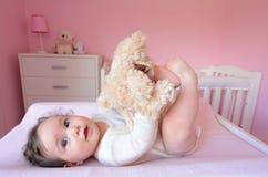与软的玩具的婴孩戏剧 图库摄影