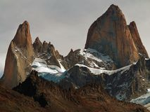 与软的蓝色多云天空的晴朗的山 免版税库存照片
