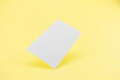 与软的阴影的空白的名片在黄色背景 免版税库存照片