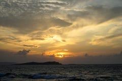 与软绵绵地宽橙色和蓝色颜色天空和抽象云彩美丽的树荫的美好的全景日落copyspace seaview  免版税库存照片
