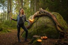与轴和被惩罚的南瓜的秀丽在森林里 免版税图库摄影
