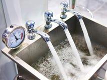 与轻拍和测压器的金属水槽 免版税库存照片