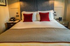 与轻松的枕头的豪华双人床在五星旅馆里 库存照片