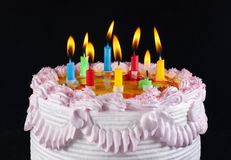与轻的五颜六色的蜡烛的开胃节假日蛋糕 库存图片