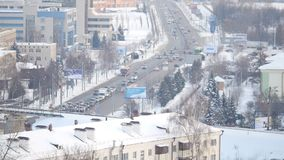 与轻的交通的鸟瞰图宽大道在现代城市中 股票录像