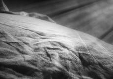 与轻的泄漏的黑白沙漠小山风景 免版税库存照片