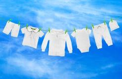 与轻的衣裳的洗衣店线 库存照片