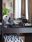 与辅助部件的黑木梳妆台 免版税库存照片