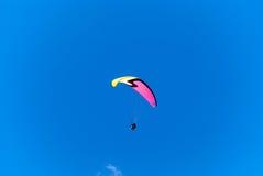 与辅导员相适应的滑翔伞 免版税库存照片
