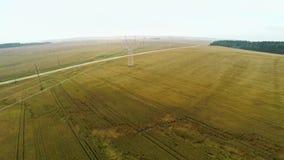 与输电线的电力驻地在与庄稼的领域附近 股票录像