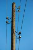 与输电线的老木柱子 免版税库存照片