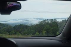 与辗压云彩的山脉 免版税库存图片