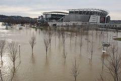 与辛辛那提地平线的俄亥俄河洪水2018年 免版税库存照片