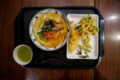 与辛辣料理的日本风格面条加上温暖的饮料 免版税库存照片