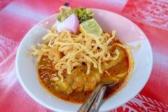 与辣咖喱汤顶部的北泰国烹调用柠檬,被腌制,莴苣 免版税图库摄影