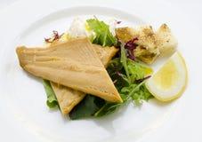 与辣根奶油和新鲜的沙拉的熏制的鳟鱼 库存图片