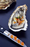 与辣椒和姜和三文鱼獐鹿的被开张的牡蛎 免版税库存照片