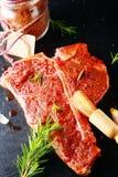 与辣调味料的未加工的上等腰肉牛排 库存图片