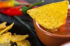 与辣调味汁的墨西哥热的街道食物烤干酪辣味玉米片浸洗 免版税图库摄影