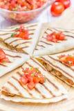 与辣调味汁的自创鸡和乳酪油炸玉米粉饼 库存照片
