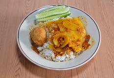 与辣黄色咖喱笋的糖醋鸡蛋在米 图库摄影
